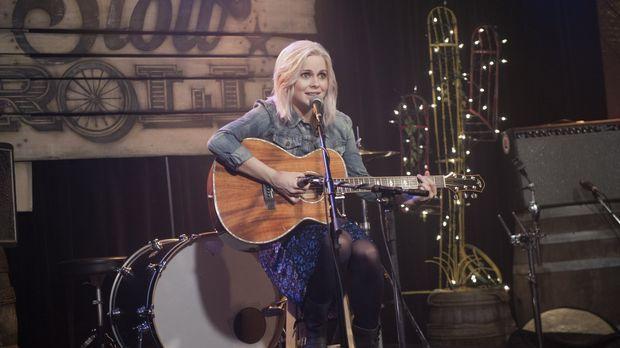 Das Gehirn einer Country-Musik-singenden Kellnerin beeinflusst Liv (Rose McIv...