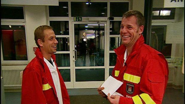 Sie sind wieder unterwegs mit Tatütata: Die Feuerwehrleute Piorek (l.) und Bö...