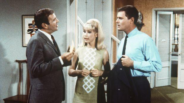 Jeannie (Barbara Eden, M.) hat dem Steuerbeamten Huggins (Paul Lynde, l.) ges...