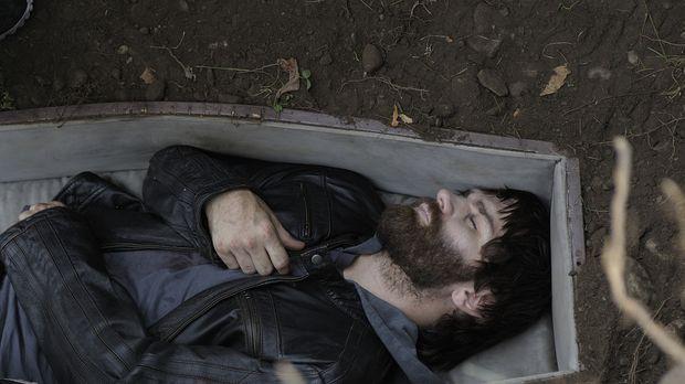 Wird Aidan (Sam Witwer) es schaffen, sich aus dem Grab, in das ihn Mutter vor...