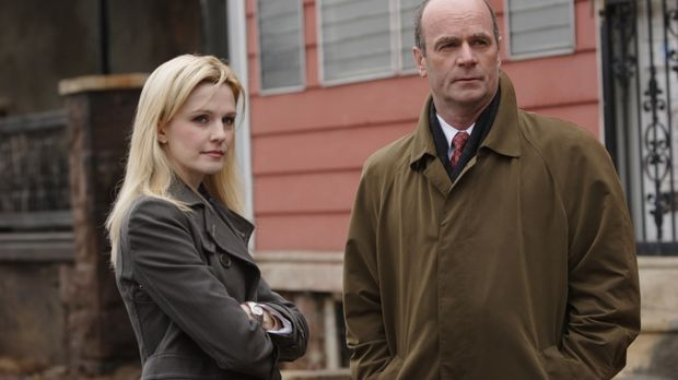 Lilly Ruh (Kathryn Morris, l.) und John Stillman (John Finn, r.) arbeiten an...