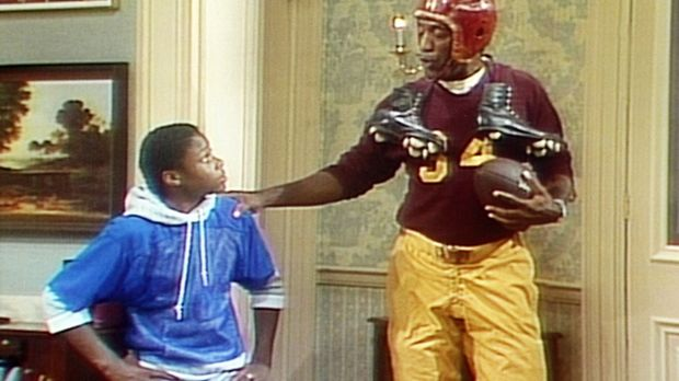 Theo (Malcolm-Jamal Warner, l.) bewundert den Football-Dress seines Vaters Cl...