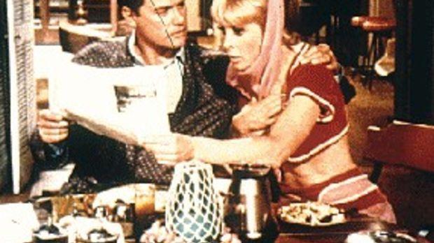 Jeannie (Barbara Eden, r.) zaubert für Tony (Larry Hagman, l.) ein Zeitungsex...