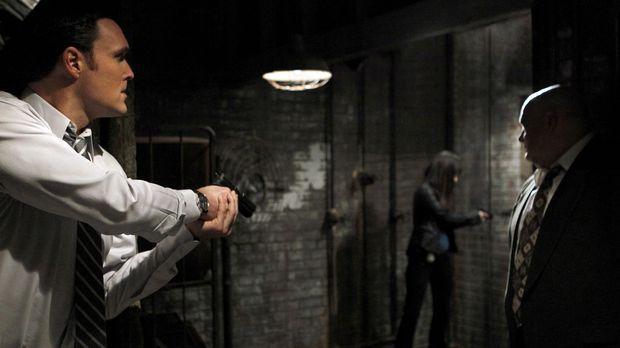 Ermitteln in einem neuen Fall: Wayne (Owain Yeoman, l.), Teresa (Robin Tunney...