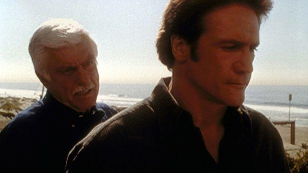 Mark (Dick Van Dyke, l.) erzählt Steve (Barry Van Dyke, r.) vom qualvollen To...