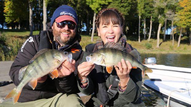 In Skandinavien fährt Rachel (r.) mit einem Fischer hinaus auf den Sibbo See...