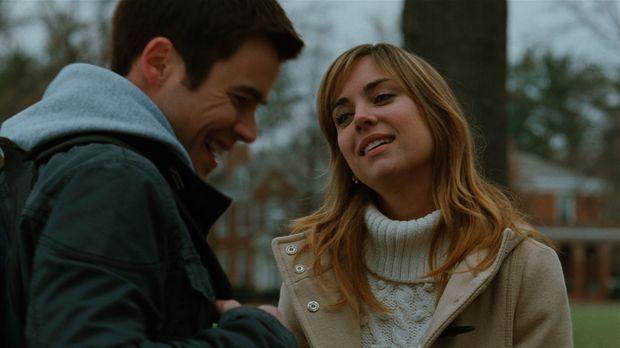 Elizabeth Mitchum (Jessica Stroup, r.) ist aufgeregt, weil sie am bevorstehen...