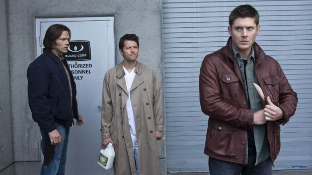 Castiel (Misha Collins, M.) versucht noch immer Sam (Jared Padalecki, l.) und...
