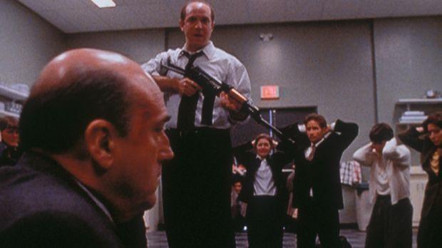 Gary Lambert (Brian Markinson, M.) hat einige seiner Kollegen und Mulder (Dav...