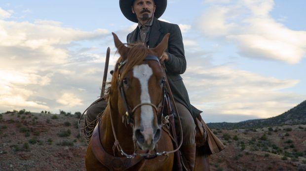Everett Hitch (Viggo Mortensen) reitet mit seinem Pferd durch den wilden West...