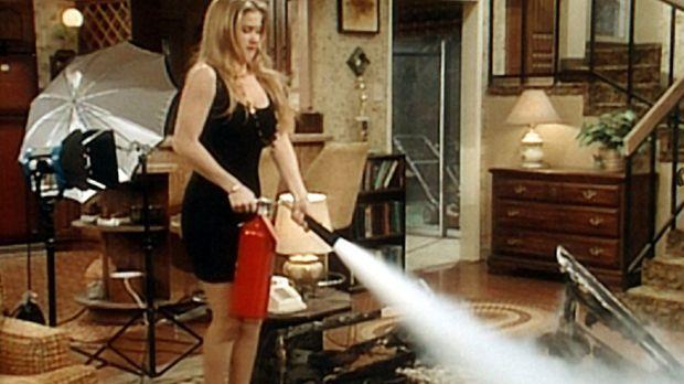 Die Couch steht in Flammen und Kelly (Christina Applegate) handelt. © Sony Pi...