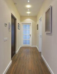 Perfekt für schmale Eingangsbereiche: Strahler als Flurbeleuchtung.