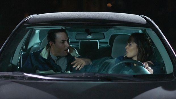 Als Angel (l.) die hilfsbereite Amy (r.) fragt, ob sie ihn nach Hause fährt,...