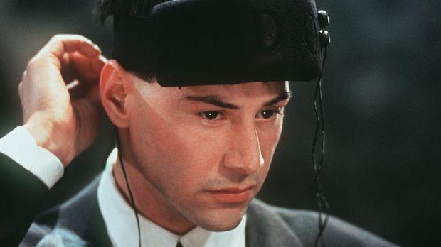 Der Datenschmuggler Johnny Mnemonic (Keanu Reeves) hat seinen Speicherchip im...
