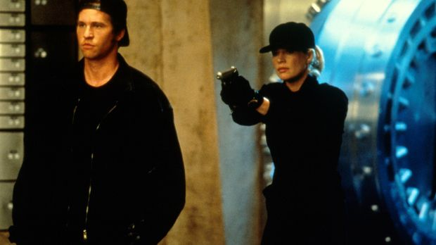 J. T. Baker (Val Kilmer, l.) versucht Karen (Kim Basinger, r.), zu einem Bank...