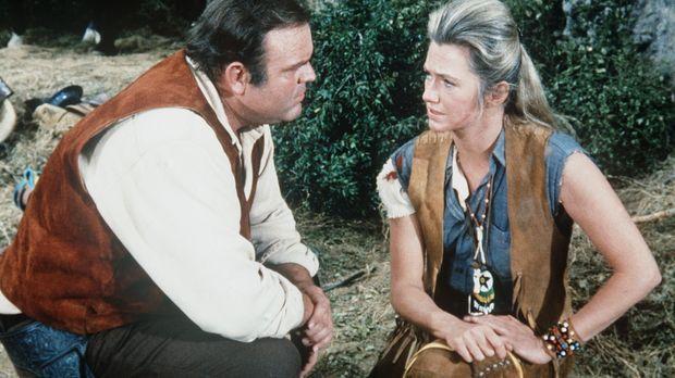 Die Weiße Erin (Mary Fickett, r.), die unter Indianern aufgewachsen ist, hat...