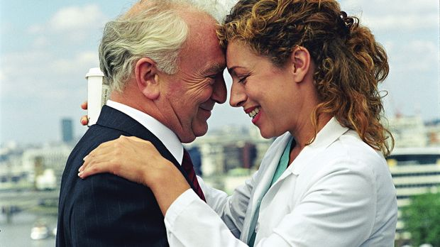 Bei ihrem Vater Charles (Paul Freeman, l.) findet Elizabeth Corday (Alex King...