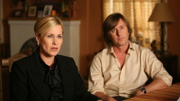 Joe (Jake Weber, r.) und Allison (Patricia Arquette, l.) machen sich Sorgen u...