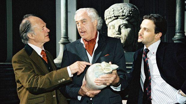 Die Kunsthändler Egon Limbach (Joachim Biszmeier, M.) und Roman Forster (Mich...