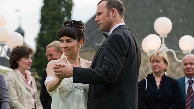 Shirin Soraya (l.) und Hanno Friedrich (r.) schwingen das Tanzbein ... © Mart...