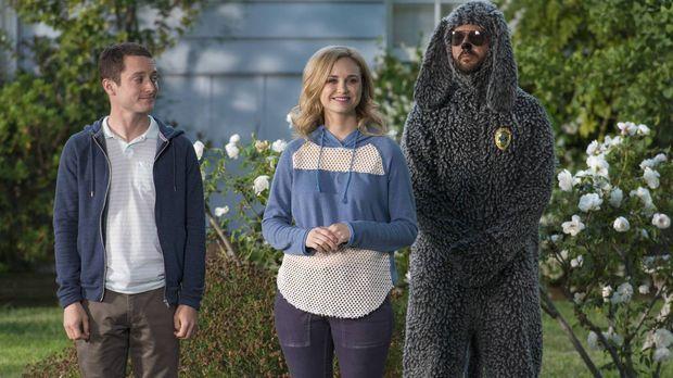 Während Ryan (Elijah Wood, l.) versucht, Jenna (Fiona Gubelmann, M.) von der...