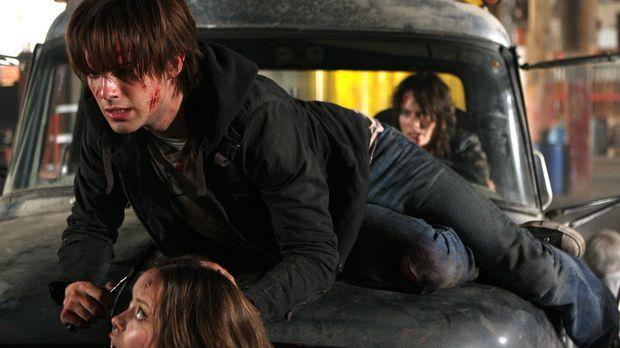 Nachdem Cameron (Summer Glau, vorne) bei der Explosion des Jeeps verletzt wir...