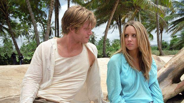 Mit ihrem Schwarm Jason Masters (Chris Carmack, l.) an einem einsamen Strand....