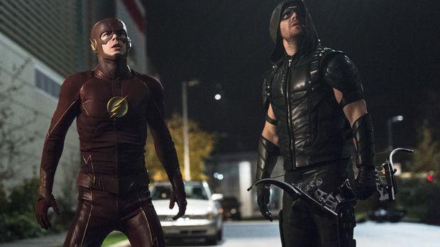 Haben Barry alias The Flash (Grant Gustin, l.) und Oliver alias Green Arrow (...
