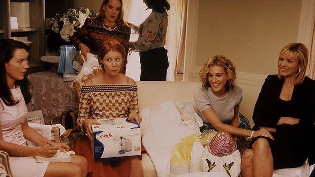 V.l.n.r.: Umringt von Charlotte (Kristin Davis, l.), Carrie (Sarah Jessica Pa...