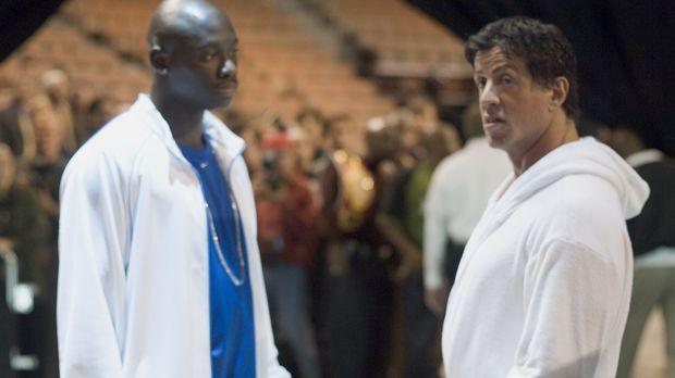 Der Box Champion Rocky Balboa (Sylvester Stallone, r.) hat längst die Handsch...