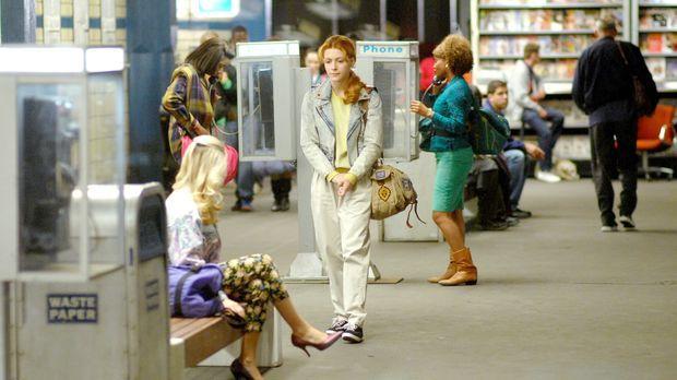 Rückblick ins Jahr 1989: Nadia Koslov (Elena Satine, M.) kommt nach Amerika,...