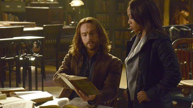 Ichabod (Tom Mison, l.) und Abbie (Nicole Beharie, r.) müssen das Hexenbuch u...