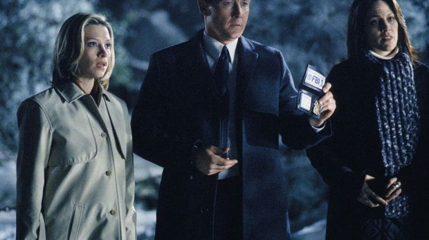 (v.l.n.r.) Leyla Harrison (Jolie Jenkins), Doggett (Robert Patrick) und Reyes...