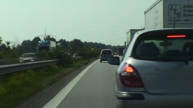 Sie rasen und drängeln, lichthupen und überholen links: Auf der A7 rasten vie...