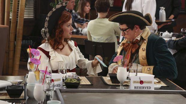 Tessa (Jane Levy, l.) wird von einer Einladung zu Evans (Sam Lerner, r.) Gebu...