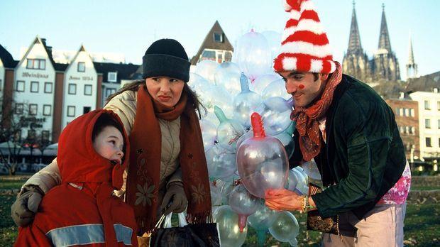 Ein Luftballonverkäufer (Thomas M. Held, r.) im liberalen Köln hat auch schon...