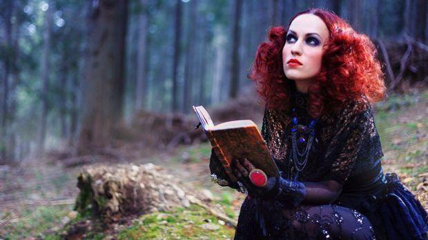 Hexen tragen ihr Haar wild und zottig gelockt oder in üppigen roten Locken.