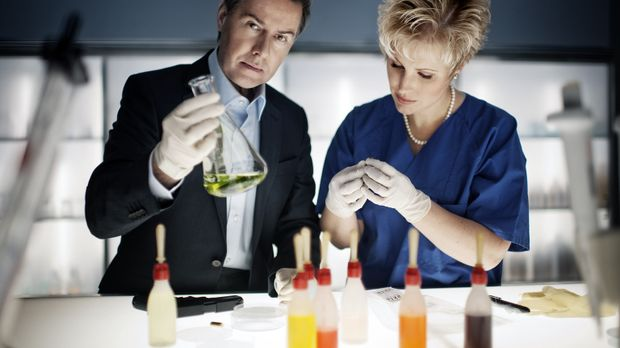 Aufklärungsarbeit in der Gerichtsmedizin: Dr. Saskia Guddat (r.) und Ulrich M...