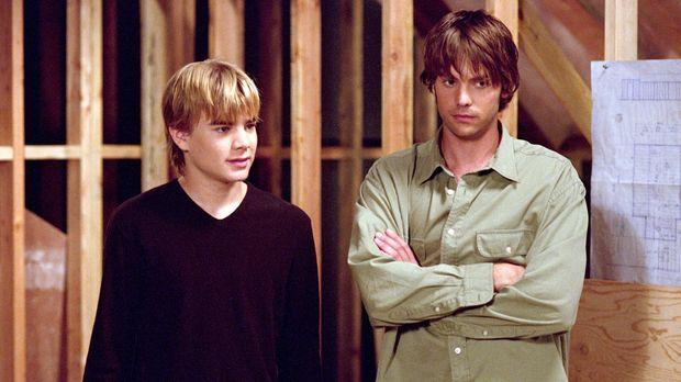 Matt (Barry Watson, r.) und Simon (David Gallagher, l.) wollen das neue Zimme...
