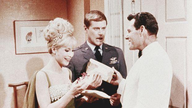 Jeannie (Barbara Eden, l.) zaubert sich einen Verehrer, weil sie sich von Ton...