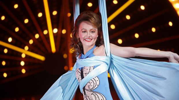 Rückblende: Die Akrobatin Mia Romanov (Sharni Vinson) ist der Star in der Man...