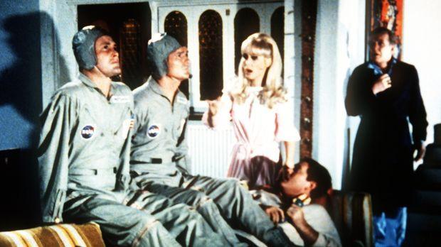 Tony (Larry Hagman, unten.) und Dr. Bellows (Hayden Rorke, r.) hält ein Wirbe...