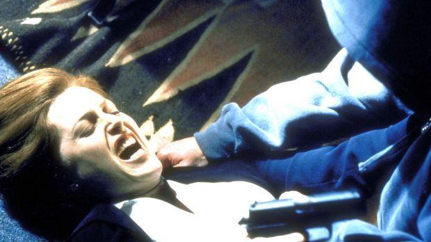 Scully (Gillian Anderson, l.), die in höchster Gefahr ist, kann sich kaum noc...