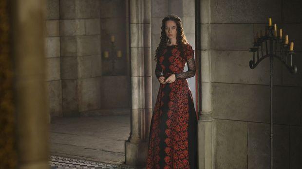 Lola (Anna Popplewell) erpresst Königin Katherine, damit diese aufhört, sich...