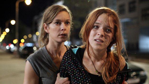 Verzweifelt versucht Maria (Lisa Martinek, l.) ihre Tochter (Nikola Rudle, r....