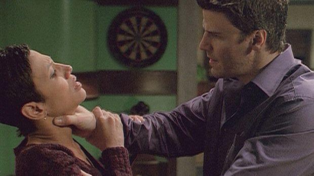 Angel (David Boreanaz, r.) hat Aubrey (Wendy Davis, l.), die seine Freunde in...