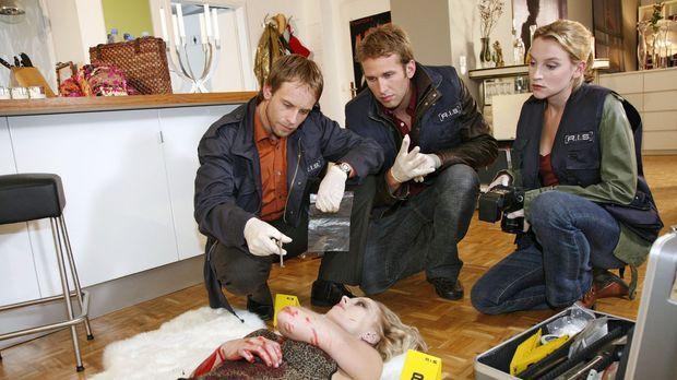 Lara Frenz (Franziska Jünger, vorne liegend) wurde in ihrer Wohnung erstochen...