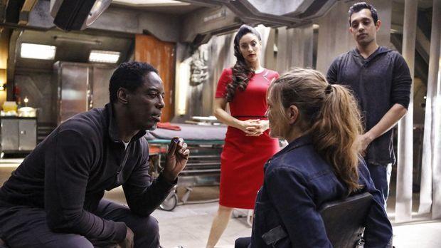 Jaha (Isaiah Washington, l.), Alie (Erica Cerra, 2.v.l.) und Jackson (Sachin...