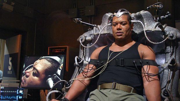 Aus Spiel wird schnell Ernst. Teal'c (Christopher Judge) testet eine neue Vid...