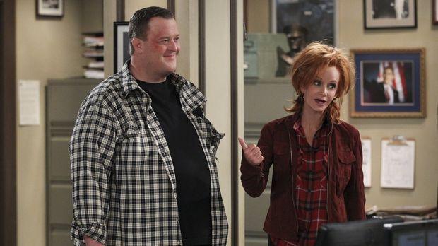 Mike (Billy Gardell, l.) sieht sich gezwungen, Joyce (Swoosie Kurtz, r.) zu v...